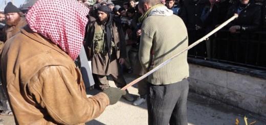 Un yihadista antes de comenzar a azotar a uno de los músicos.