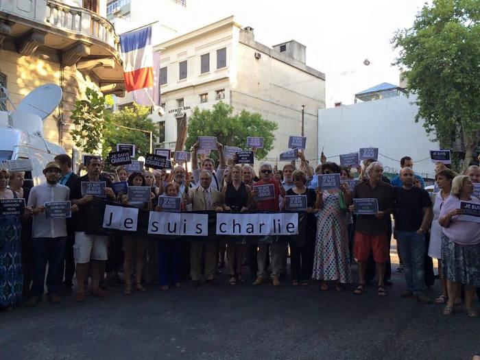 Concentración de Librepensadores  AULP tras el atentado al semanario Charlie Hebdo ante la embajada de Francia en Montevideo