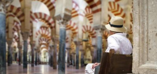 Un visitante observa la mezquita de Córdoba / Andrés Campos