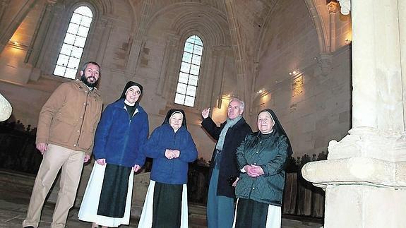 El delegado de la Junta, en el monasterio de San Andrés de Arroyo, con tres religiosas. / El Norte