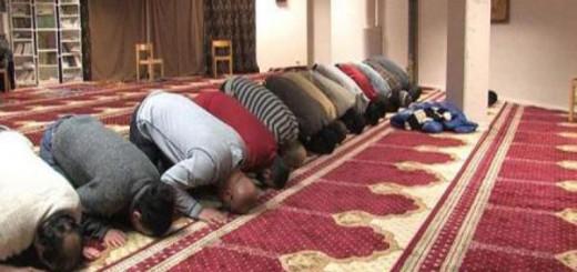 Musulmanes rezan en una mezquita. Foto Ferran Barber