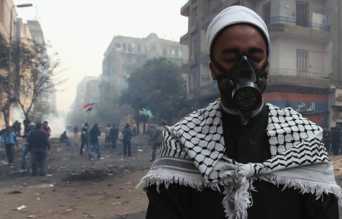 Un clérigo egipcio durante las protestas contra Mubarak, cerca de la plaza Tharir, en El Cairo (Reuters).