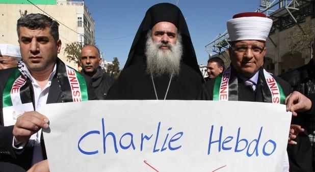 Arzobispo ortodoxo griego Atallah Hanna en una protesta contra una caricatura publicada en Charlie Hebdo Foto: Hazem Bader - AFP
