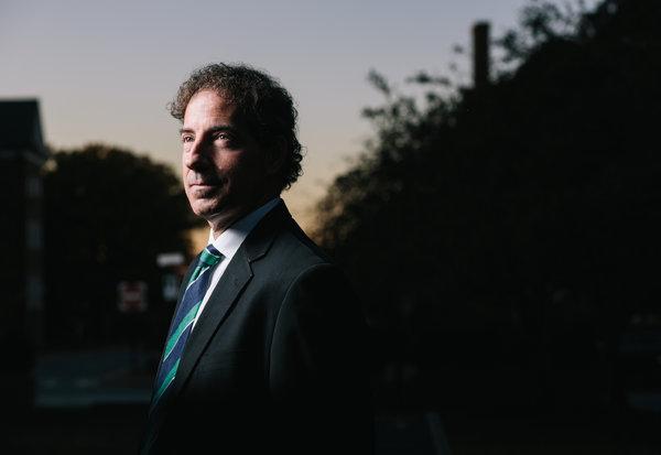 Senador Estatal Jamie B. Raskin , profesor de derecho , dijo que la prohibición ateo en la Constitución de Maryland era incompatible con la historia del estado .