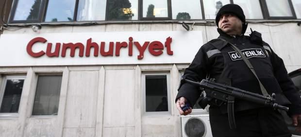 La policía vigila la sede un periódico turco tras publicar un dossier sobre el semanario Charlie Hebdo