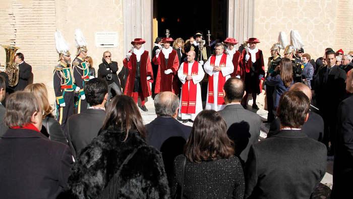Las auttoridades son recibidas a las puertas de la abadía por el cabildo, y posteriormente pasar al templo donde se celebra la misa.