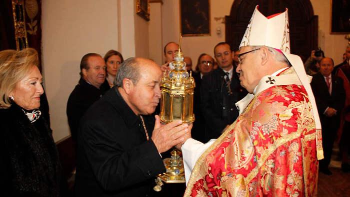 El alcalde de Granada besa las reliquias de san Cecilio, un santo inexistente, ofrecidas por el Arzobispo. Granada 2015