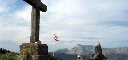 Cruz en el monte Santa Marinazar en Bizkaia Foto Alberto de las Heras