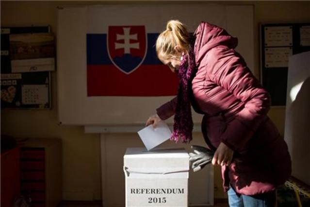 Una mujer deposita su voto en una urna en Bratislava.