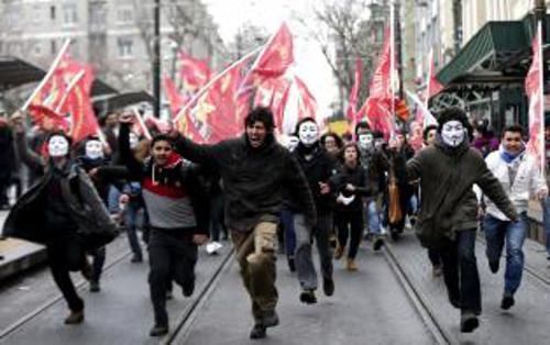 Manifestantes que llevan caretas del revolucionario británico Guy Fawkes, durante una protesta en contra de la política educativa del gobierno en Estambul, Turquía, hoy, 13 de febrero de 2015. Cientos de estudiantes y profesores protestaron por el sistema educativo turco. EFE