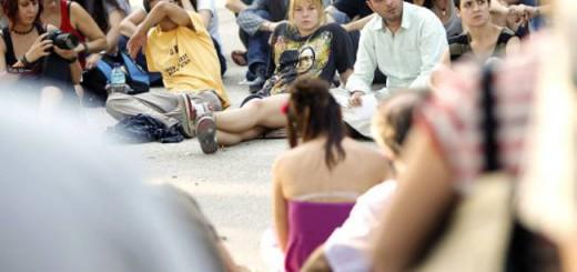Asamblea del 15-M en la Plaza de Oriente para debatir sobre los episodios de violencia policial. En el centro de la imagen con camiseta negra Katerina / ÁLVARO GARCÍA
