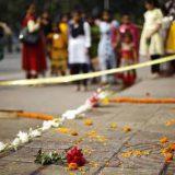 Un grupo observa el escenario donde se produjo el asesinato del bloguero Avijit Roy en una calle de Daca (Blangladesh). EFE