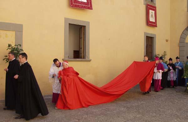 Antonio Cañizares, durante la ostentosa ceremonia de ordenación de dos sacerdotes celebrada en el Instituto de Cristo Rey Sumo Sacerdote, en Italia luciendo una magna capa. (Foto: Instituto de Cristo Rey Sumo Sacerdote)