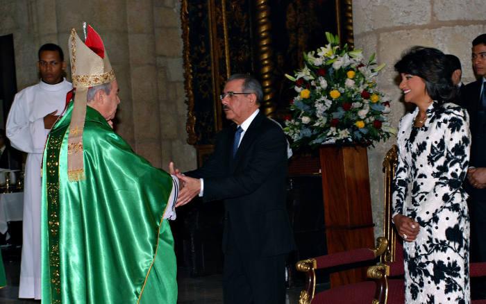 El cardeenal Cipriani saluda al presidente Medina de la República Dominicana en el Te Deum celebrado en la catedral conmeorando el tercer aniversario del Tribunal Constitucional, y donde el cardenal exigió la derogación de leyes aprobadas en el Congreso.
