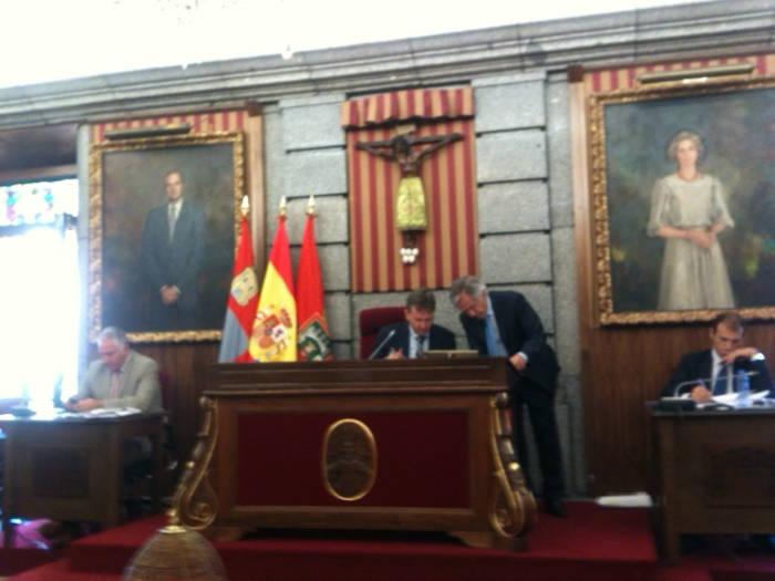 Crucifijo presidiendo el Salón de Plenos del Ayuntamiento de Burgos