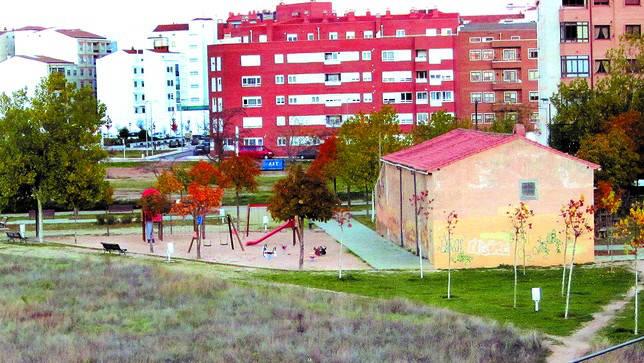 El edificio de la ermita de San Antonio Abad o San Antón (a la drcha de la imagen) está inscrita a nombre de la parroquia de Santa María junto con el parque aledaño. DB