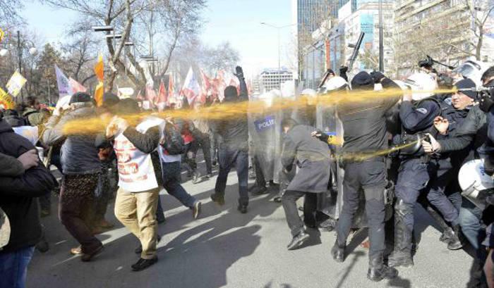 La policía disuelve con gases la protesta en Ankara. / Reuters