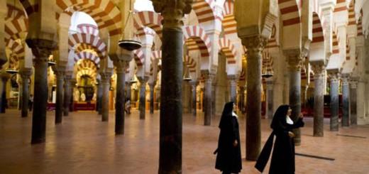 mezquita de Cordoba con monjas