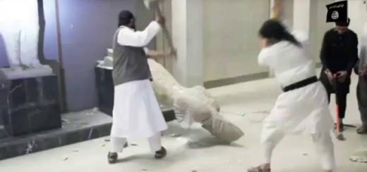 Esta captura de vídeo, tomada de una red social el 26 de febrero, muestra a yihadistas destrozando una antigüedad en el museo de Nínive, en Mosul. / ap