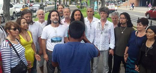 Un grupo de raelianos realiza una meditación breve en la alameda de la avenida Pardo, en Miraflores. (El Comercio).