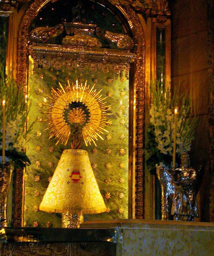 La Virgen del Pilar luce el manto de la División Azul.