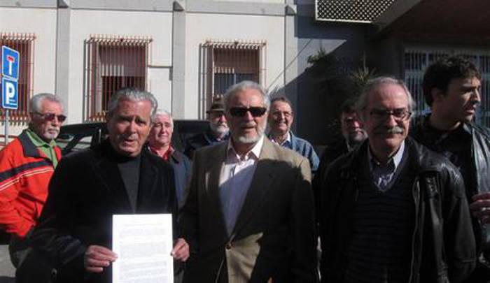 Julio Anguita en la presentación de la denuncia contra el Obispado. E. P.