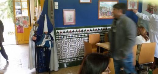 Penitente de Semana Santa en la cafetería de la Facultad de Odontología de Granada 2015 UNI Laica
