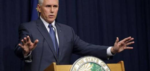 El gobernador Mike Pence durante una comparecencia. / Michael Conroy (AP)