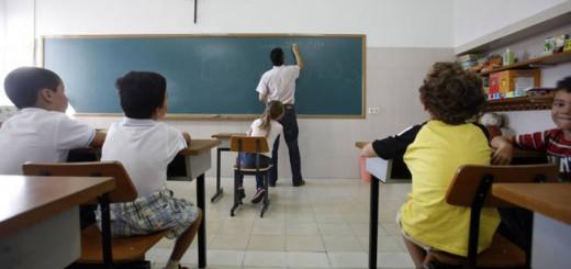 Estudiantes en una clase con un crucifijo. / P. LORENZANA