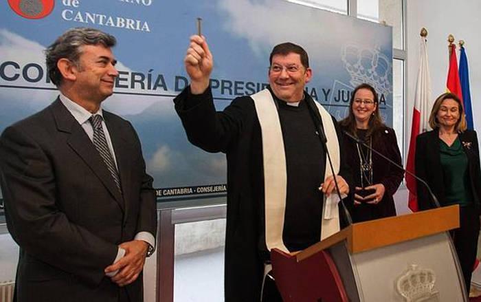 El cura de Santoña, entre el magistrado Rafael Losada, la consejera y la alcaldesa. / Alberto Aja