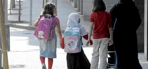Una familia musulmana se dirige al colegio en Gerona. EDDY KELELE