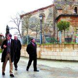 El director general de Patrimonio, conversa con el párroco de Aguilar tras hacer el recorrido interior del templo. M.J.F.