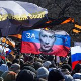 Cientos de personas se manifiestan contra la versión de la ópera 'Tannhauser' de Wagner representada en Novosibirsk, el domingo. / Ilnar Salakhiev (AP)