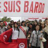 Tunecinos con trajes tradicionales protestan de forma solidaria en la puerta del museo del Bardo, reabierto tras el atentado yihadista en el que murieron 21 personas