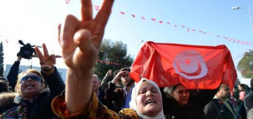 Decenas de tunecinos se manifiestan junto al Museo del Bardo en Túnez. / FADEL SENNA (AFP)