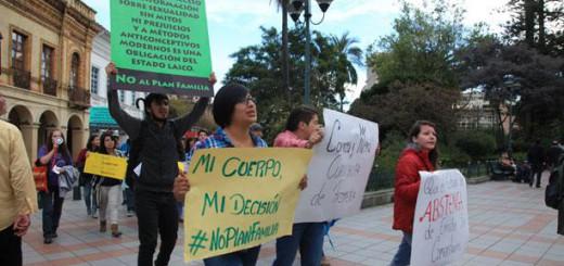 En cuenca, colectivos de mujeres marcharon con carteles en rechazo del Plan Familia Ecuador. Foto: Xavier Caivinagua/ EL COMERCIO.