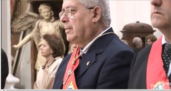 Alcalde de Épila con la llave del sagrario al cuello