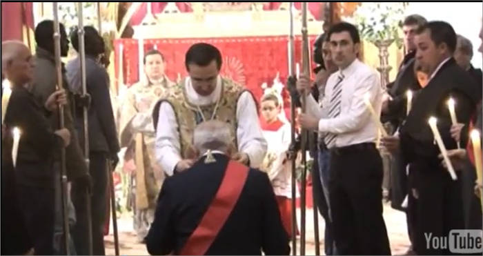 Alcalde de Epila recibe del cura la llave del sagrario
