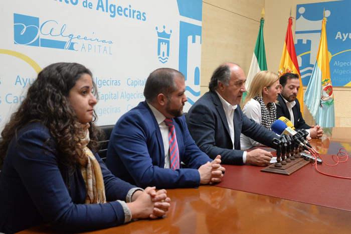 Landaluce y Montoro, junto a integrantes del equipo de Gobierno, durante la rueda de prensa de hoy.