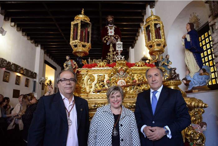 La hermana mayor de la Cofradía del Cristo de Medinaceli recibe de manos del alcalde el Bastón de Mando de la Ciudad