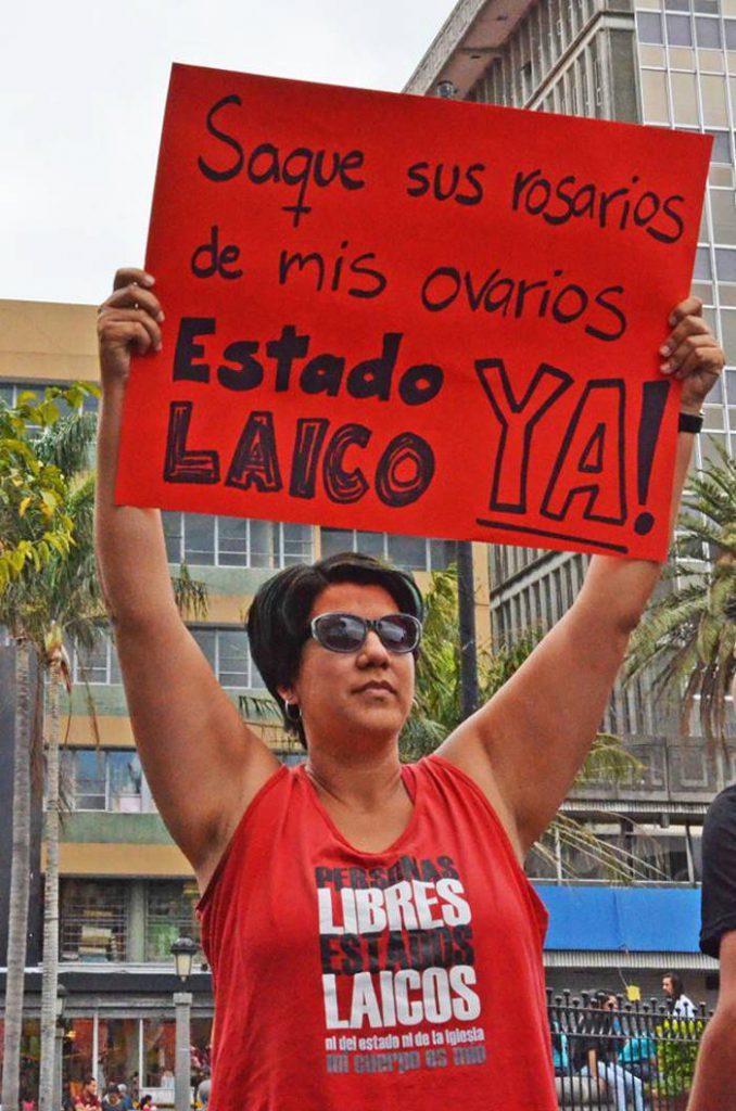 Un grupo de personas reunidos frente a la Catedral Metropolitana demanda un estado laico. EP