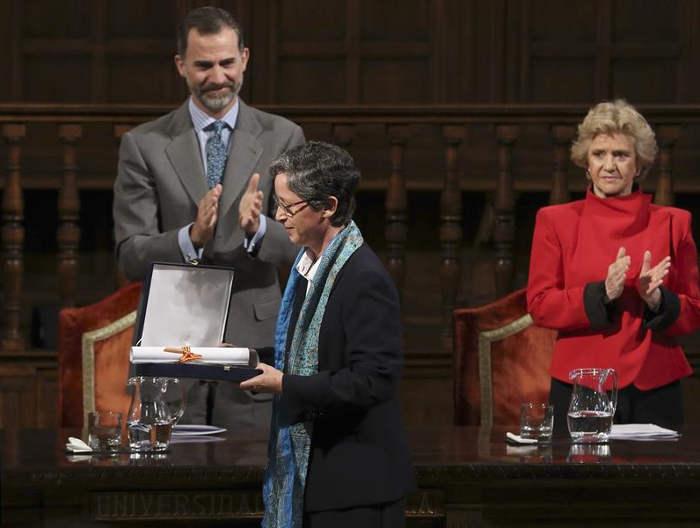 El rey Felipe VI y la Defensora del Pueblo, Soledad Becerril, aplauden a la superiora general de las Adoratrices, Teresa Valenzuela, tras la entrega del premio, el pasado día 13, en la Universidad de Alcalá de Henares (Madrid)