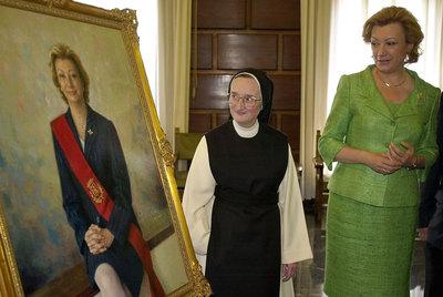 Isaberl Guerra la monja pintora del convento cisterciense de Santa Lucía en Zaragoza con el retrato y la alcadesa Maria Fernanda Rudi en 2001