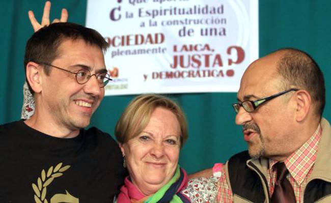 Juan Carlos Monedero con Luis Ángel Aguilar, del área de laicidad del círculo de espiritualidad de Podemos, y una asistente al acto. / jaime villanueva