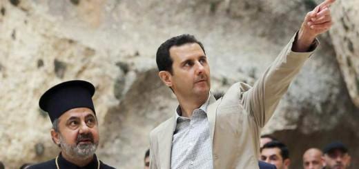 El presidente sirio Bachar al Asad (derecha) durante una visita a la ciudad predominantemente cristiana de Malula, en Siria.   EFE Archivo.