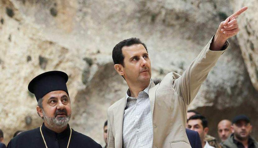 El presidente sirio Bachar al Asad (derecha) durante una visita a la ciudad predominantemente cristiana de Malula, en Siria. | EFE Archivo.
