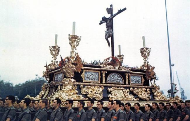 El Cristo Mutilado procesiona en Málaga en los últimos años del franquismo. Foto: http://www.cristomutilado.org