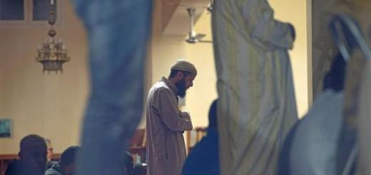 sulmanes durante el rezo de la oración en la mezquita de Terrassa (Barcelona). ÓSCAR ESPINOSA
