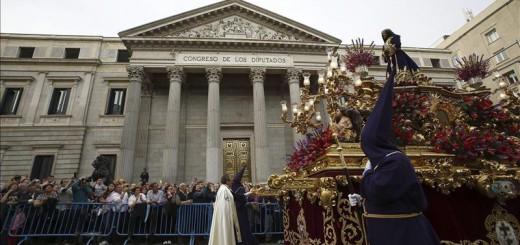 El paso del Cristo de Medinaceli de Madrid durante su recorrido ante el Congreso de los Diputados. EFE