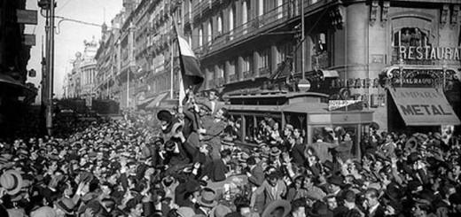 14 abril de 1931. El pueblo de Madrid se echa a la calle para celebrar la proclamación de la Segunda República. (Fotografía: Luis Ramón Marín)